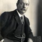 220px-Arthur_Conany_Doyle_by_Walter_Benington,_1914